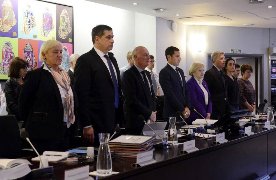 En ouverture de séance, le maire a demandé aux présents de respecter une minute de silence à la mémoire des victimes de l'attentat de Londres mais aussi en hommage à un ancien élu cannois décédé.