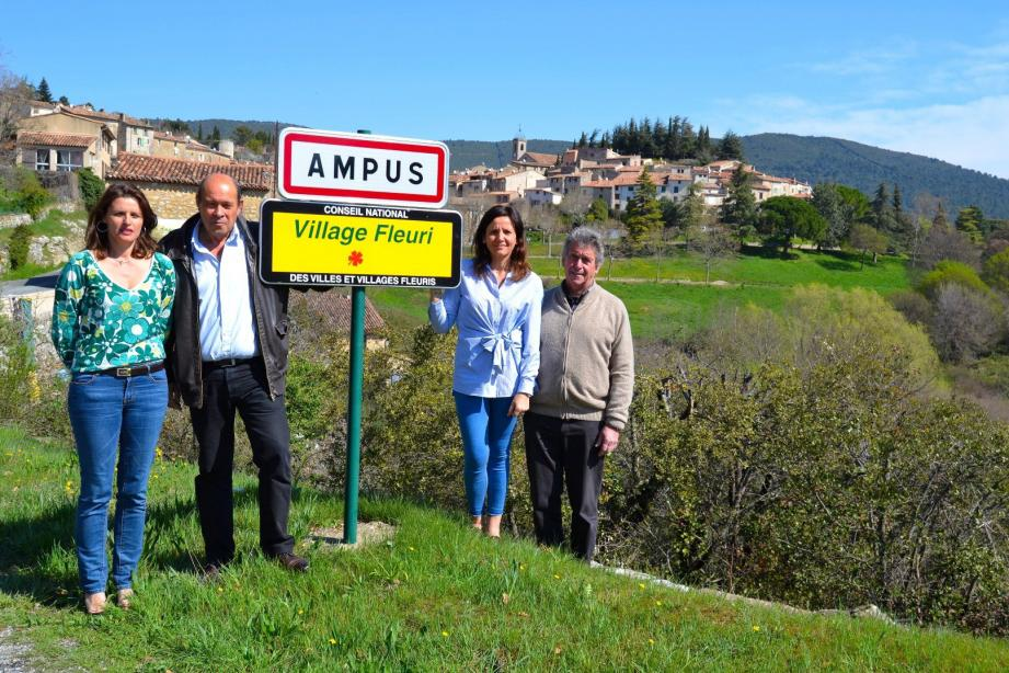 De gauche à droite, Nathalie Forestier, Hugues Martin, Nathalie Perez-Leroux et Raymond Borio, ont ramené le label 1re fleur.