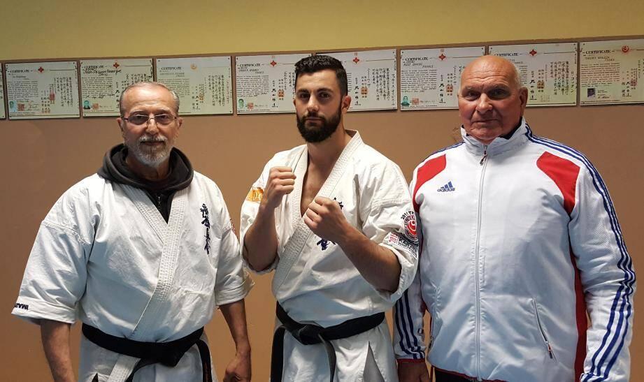 Thierry Nebleza entouré de son professeur Jean-Philippe Bazerque (à gauche) et du président du club, Charly Masente, ancien champion international de culturisme et judoka de bon niveau.