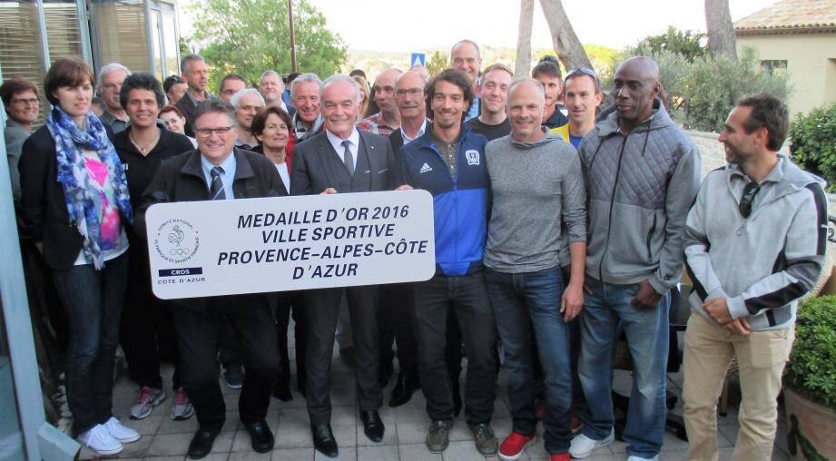 La plaque d'entrée de ville est la première octroyée par le Comité régional olympique et sportif de la Côte d'Azur.