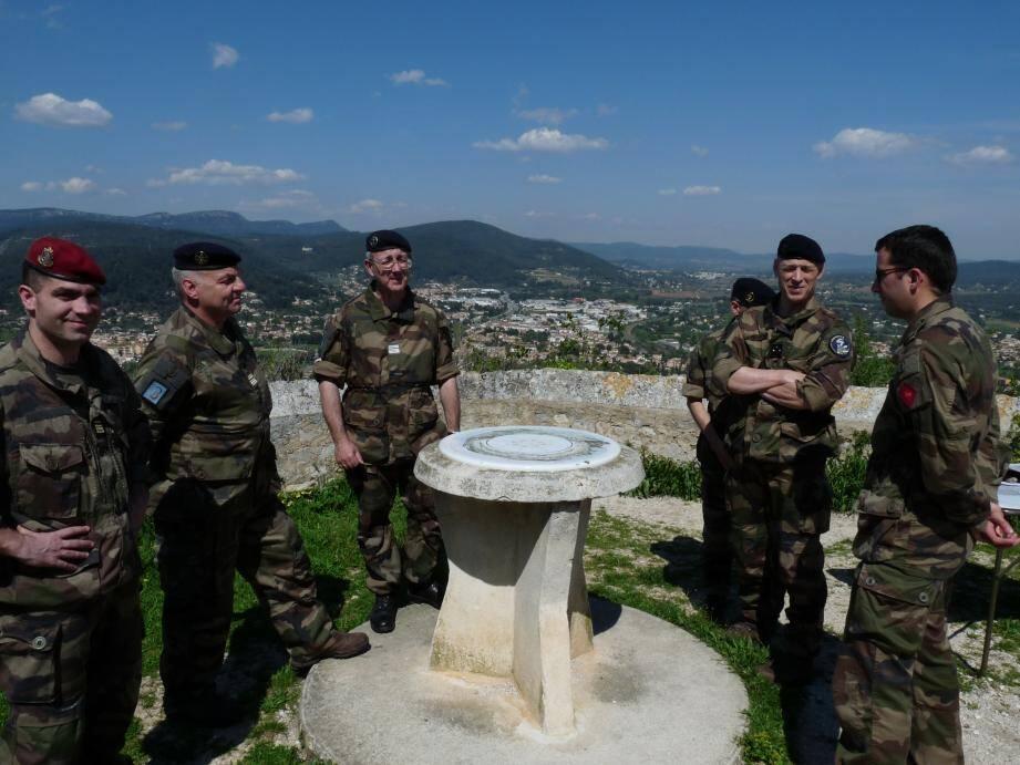 Les officiers se sont plongés dans le débarquement de Provence de 1944, hier, à Solliès-Ville. En contrebas, le combat faisait alors rage pour libérer la Provence.