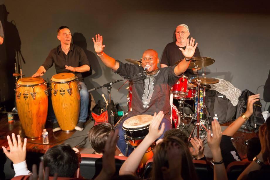 Les enfants des écoles découvrent le jazz live en atelier, comme hier après-midi à la médiathèque avec un mini-concert du groupe WAT