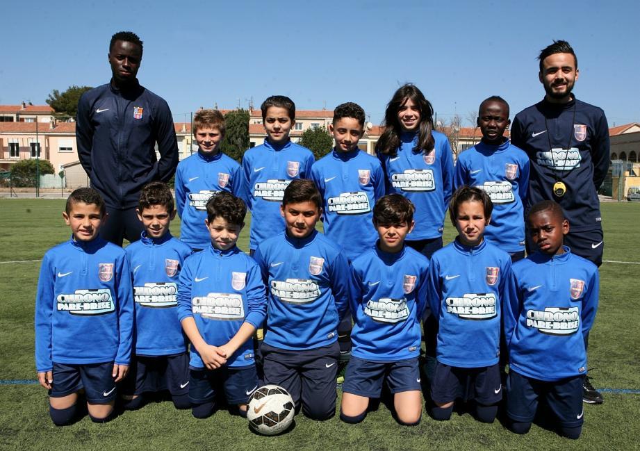 L'équipe des moins de 11 ans du FCS, avec Papou Preira et son adjoint.