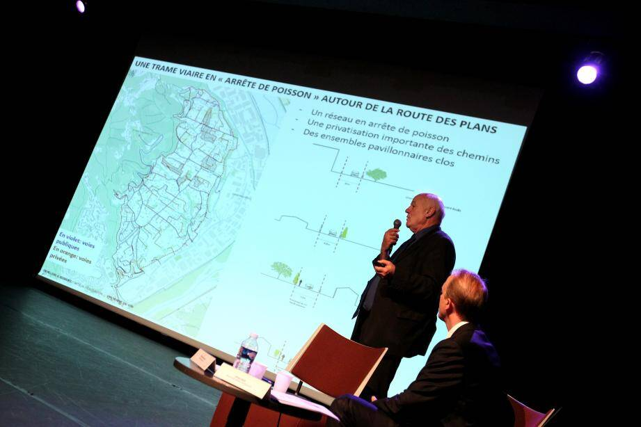 La présentation de l'étude Devillers par l'urbaniste lui-même : un projet qui préservera le paysage en créant un chemin de traverse au lieu d'élargir la route des Plans.