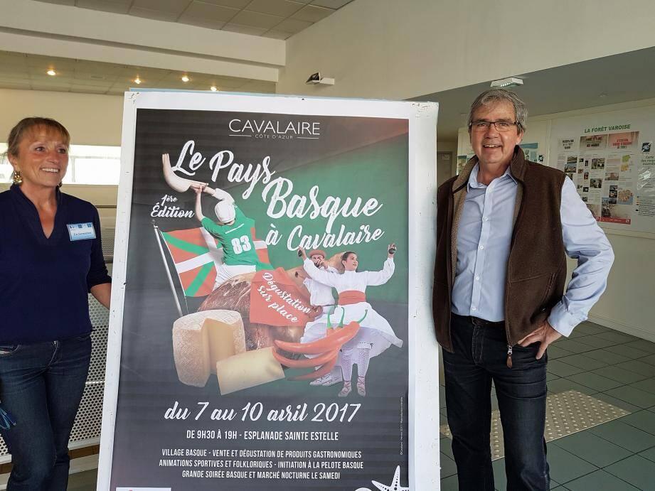 Aux côtés de Jean-Pascal Debiard, président de l'office de tourisme, Valérie, nouveau visage, venue renforcer l'équipe des hôtesses de l'office, se fera un plaisir de vous renseigner sur les journées «basques».