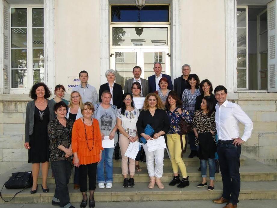 Les bénéficiaires, entourées des deux élus départementaux, des représentants du Greta et de chefs d'entreprises.
