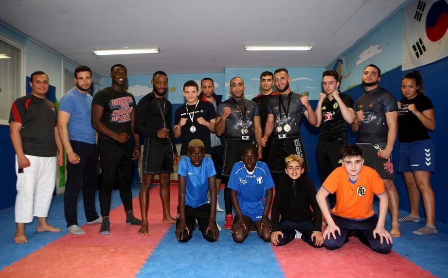 Au centre parmi les pratiquants du club et l'unique pratiquante, Farid Kerfes et les combattants avec leurs médailles au cou.