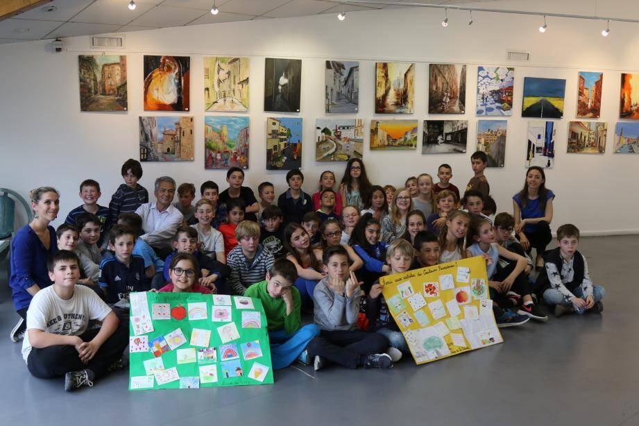 Les élèves des classes de CM2 de la Salvatte ont remercié les plasticiens intervenus dans les ateliers d'arts plastiques.