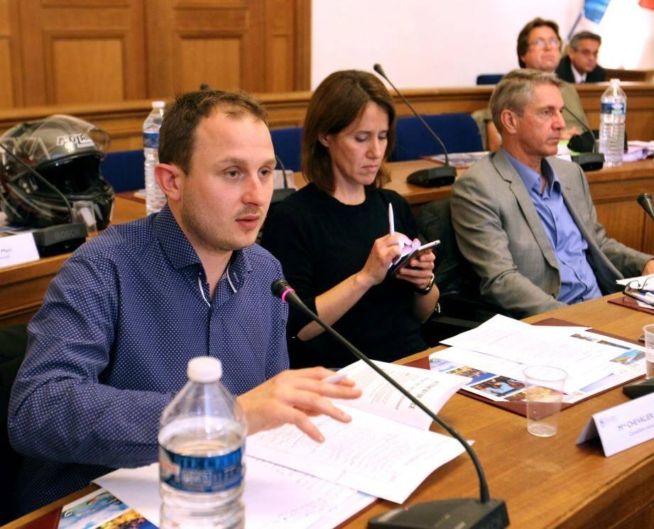 La question des commerces de proximité a enflammé les débats entre le maire Jean Leonetti, les élus Front national et Cécile Dumas, élue Front de gauche.