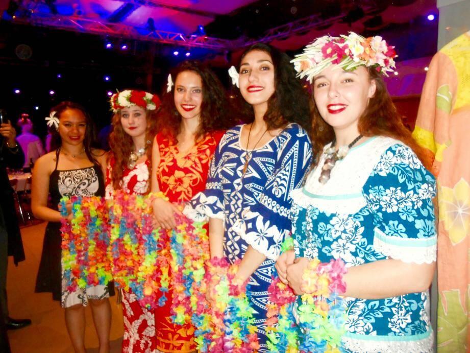 Les convives ont été accueillis avec un traditionnel collier de fleurs.Photo JTL