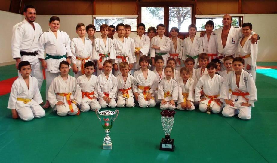 Les poussin(e)s et benjamin(s) du Judo devant leurs coupes.