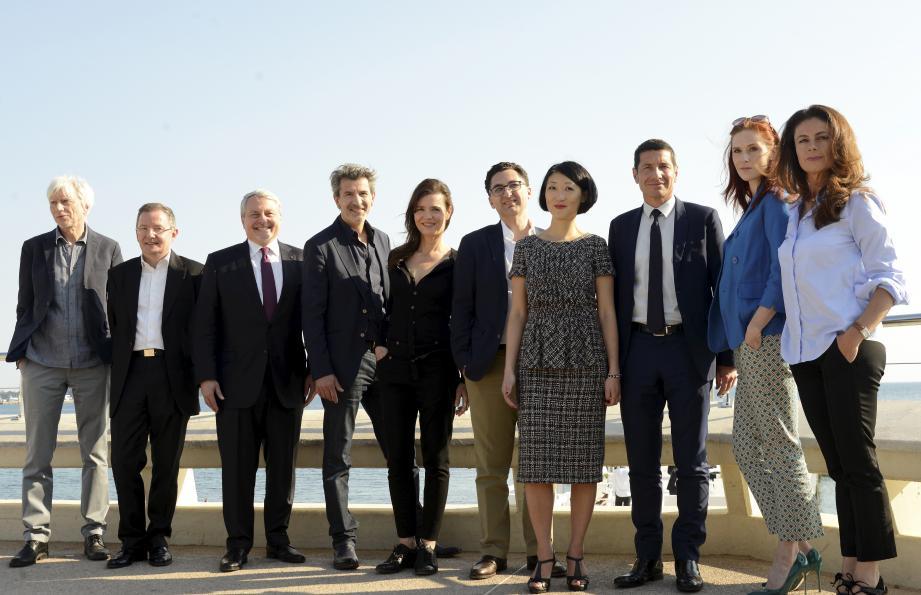 David Lisnard, Fleur Pellerin, Paul Zik et Maxime Saada entourés de l'équipe d'Engrenages, dont le premier épisode de la saison 6 a été projeté hier, pour fêter le futur festival Cannes Séries.