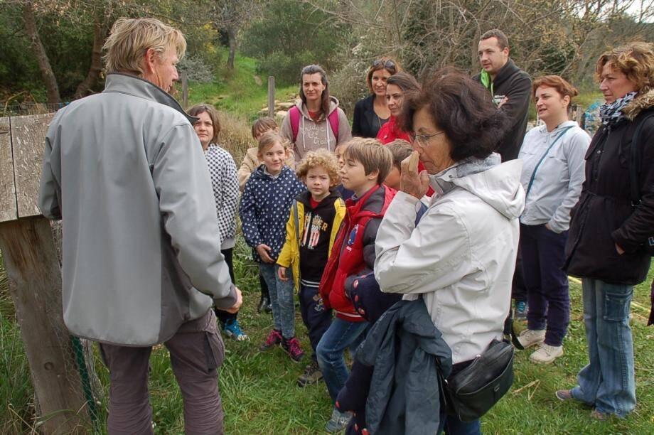 Le guide naturaliste Vincent Blondel explique ce qu'est un nichoir à insectes aux visiteurs, petits et grands.