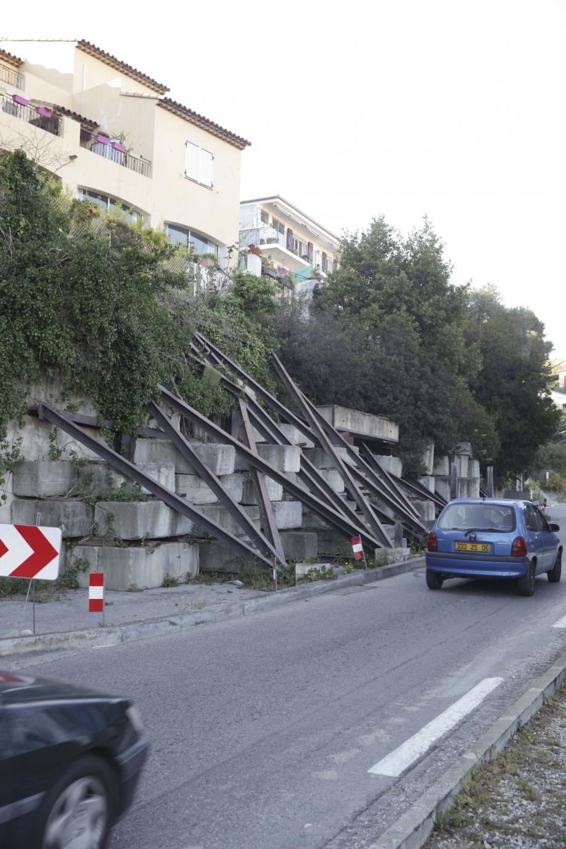 La métropole Nice Côte d'Azur souhaite rétablir la circulation routière à double sens et supprimer le confortement provisoire, jugé inesthétique, par la reconstruction d'un mur de soutènement. Les travaux, dont le montant a été estimé à 400 000 euros, devraient débuter en 2019.