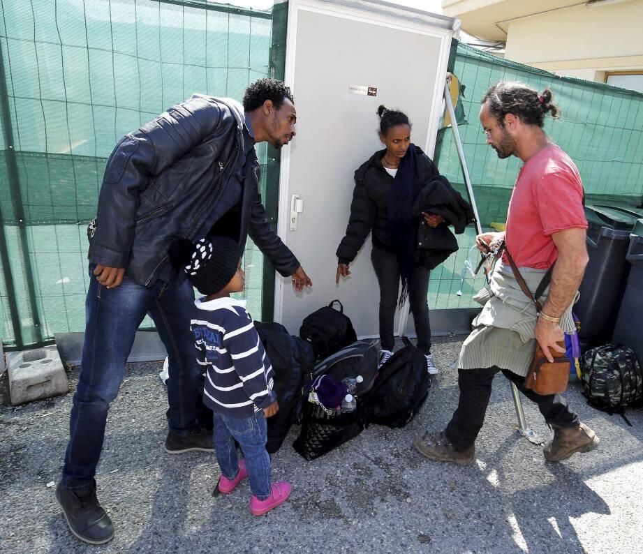 La famille Érythréenne à la sortie de la police aux frontières de Menton, en compagnie de Cédric Herrou.