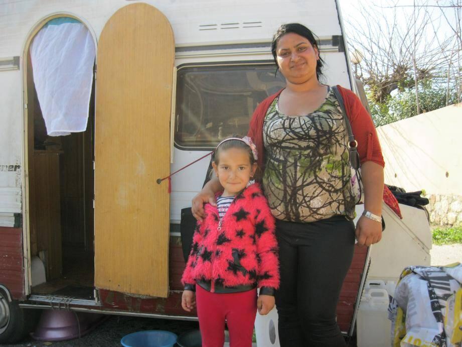 Irina Varga et sa fille Iasmina Civrar sont à Toulon depuis 5 ans. La priorité : assurer la scolarité de Iasmina.