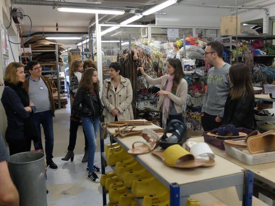 Les visiteurs dans une partie de l'atelier de fabrication.