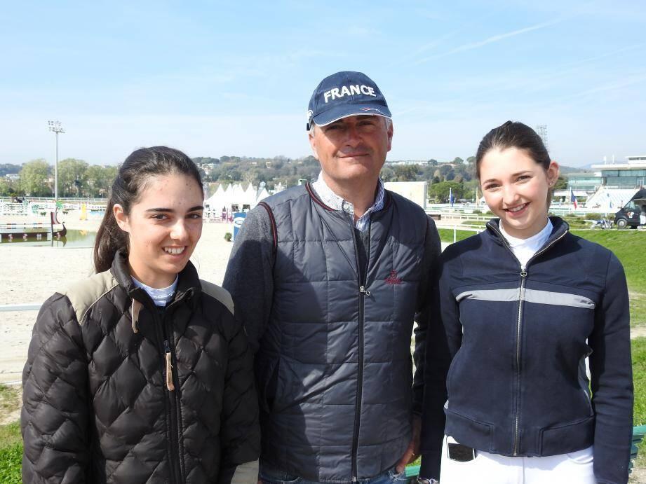 Olivier Bost, sélectionneur des moins de 18 ans en équipe de France, et ses protégées, Nina et Laura.