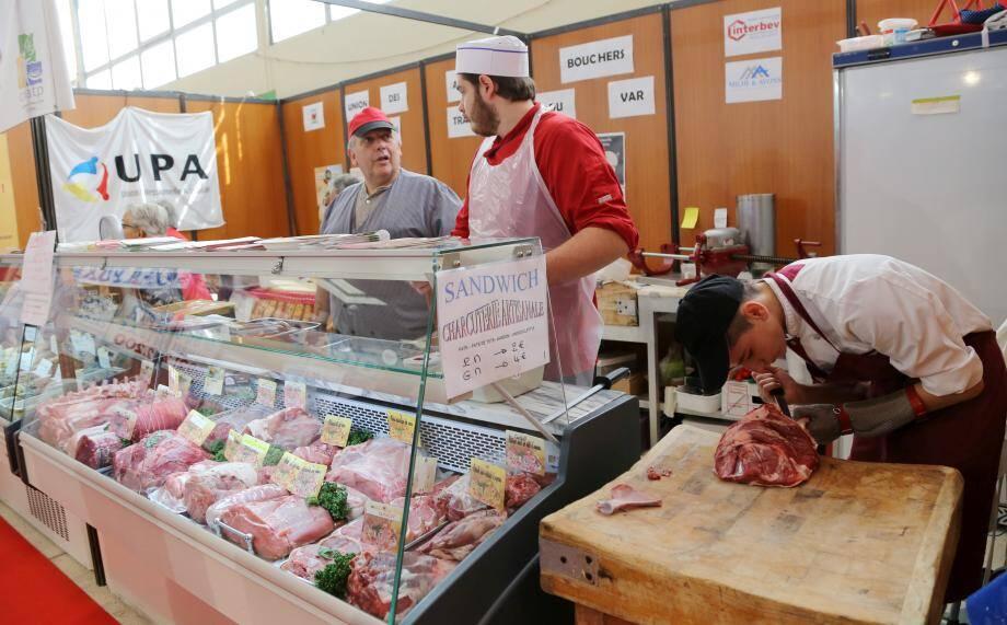 Derrière la vitrine bien achalandée en cette fin de matinée, les bouchers s'affairent à préparer merguez et autre pièces de viandes.
