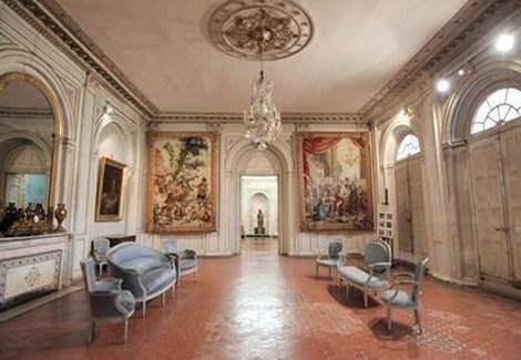 Le musée des tapisseries dans l'ancien Palais de l'Archevêché est orienté vers les arts du spectacle.