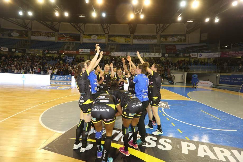 Battus de quinze points à l'aller, Jouanserre (ci-dessus en bleu) et les Hyérois gardent un mince espoir de ravir la deuxième place aux Azuréens.