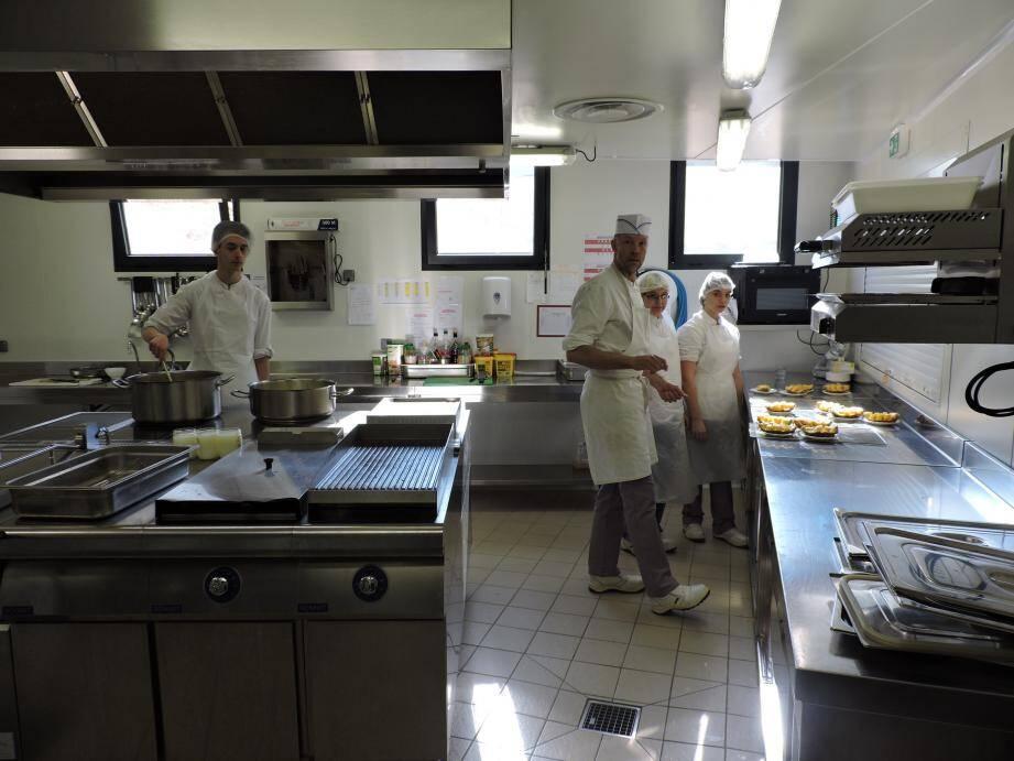 Le chef et ses protégés veillent à une cuisine de qualité.