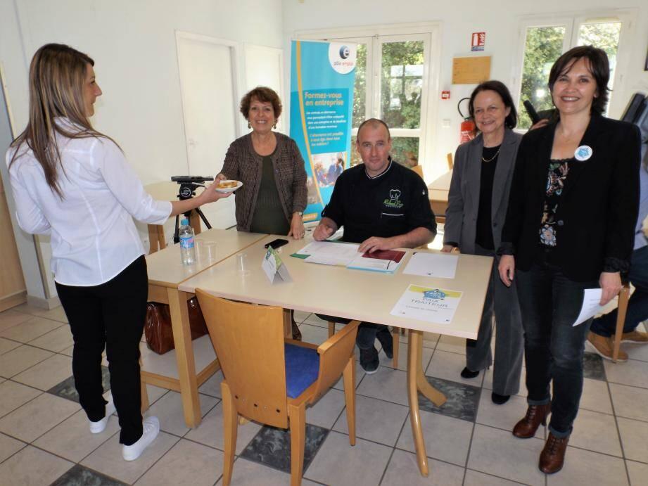 En présence de Mireille Bœuf, directrice du CFA et de Mme Albert, directrice du Pôle Emploi, Céline Rue démontre ses capacités à la société « Rolland Paix traiteur ».