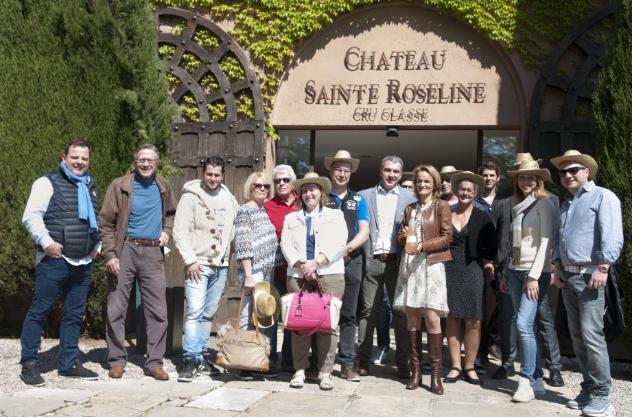 Aurélie Bertin, propriétaire du domaine, présente un vin rosé en compagnie d'amateurs.