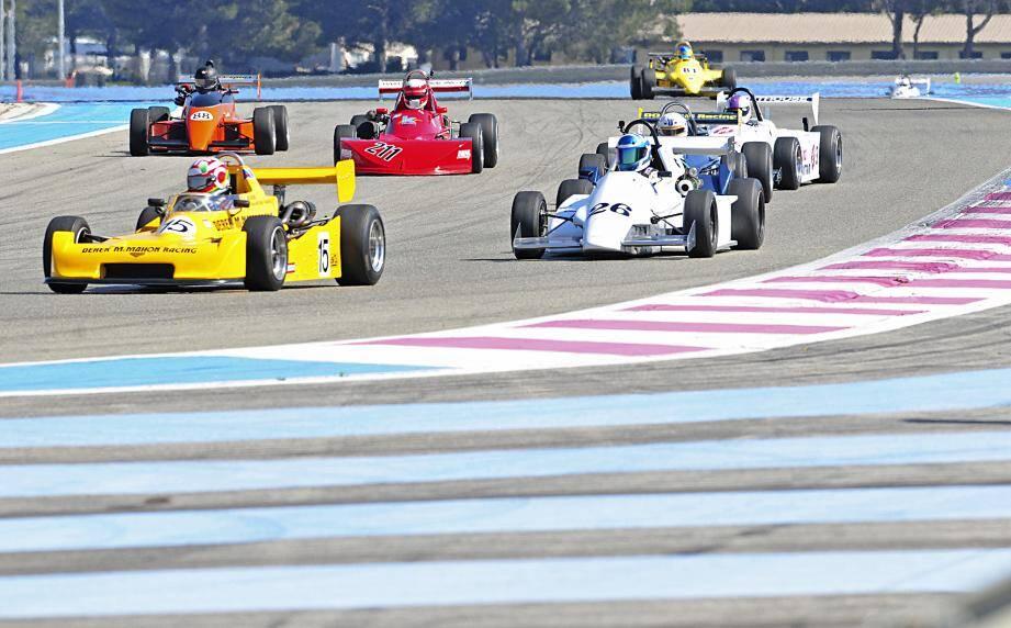 Après les tours de chauffe négociés hier, les monoplaces « vintage » des trophées F3 Classic et Formule Renault Classic vont entrer dans le vif du sujet ce matin à l'heure des qualifications. Roulez jeunesse !