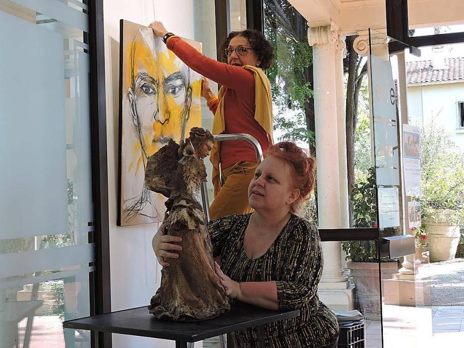 La sculptrice Florence Poilroux (au premier plan) et la peintre Michèle Baron.