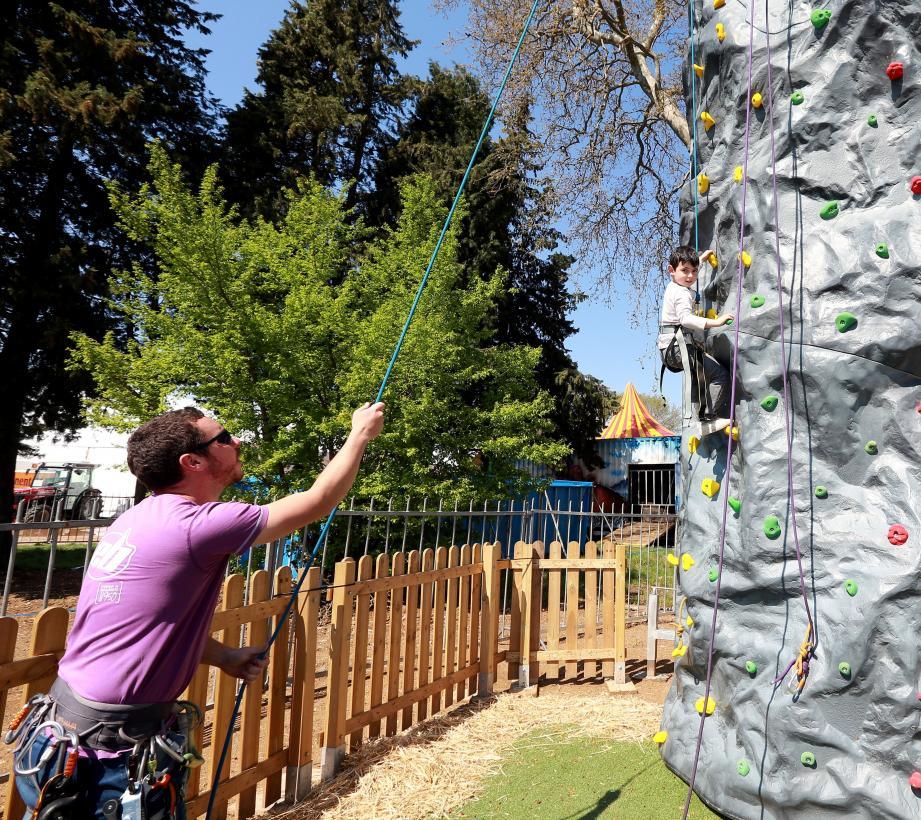 Le mur artificiel d'escalade offre une ascension de huit mètres et comporte quatre couloirs. Quant au parcours d'accrobranche, installé à cinq mètres du sol, il offre une série d'obstacles nécessitant équilibre et agilité.
