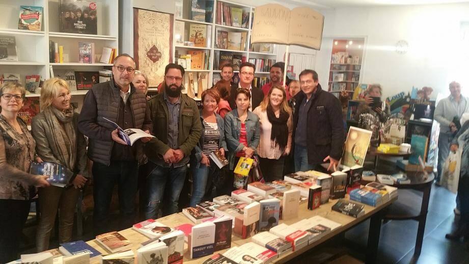 Nathalie Sokoloff a apprécié la démarche de Marc-Etienne Lansade pour le sauvetage de la librairie. Elle pose ici avec tous les élus FN présents dans le magasin hier, et le candidat du Front National aux Législatives.