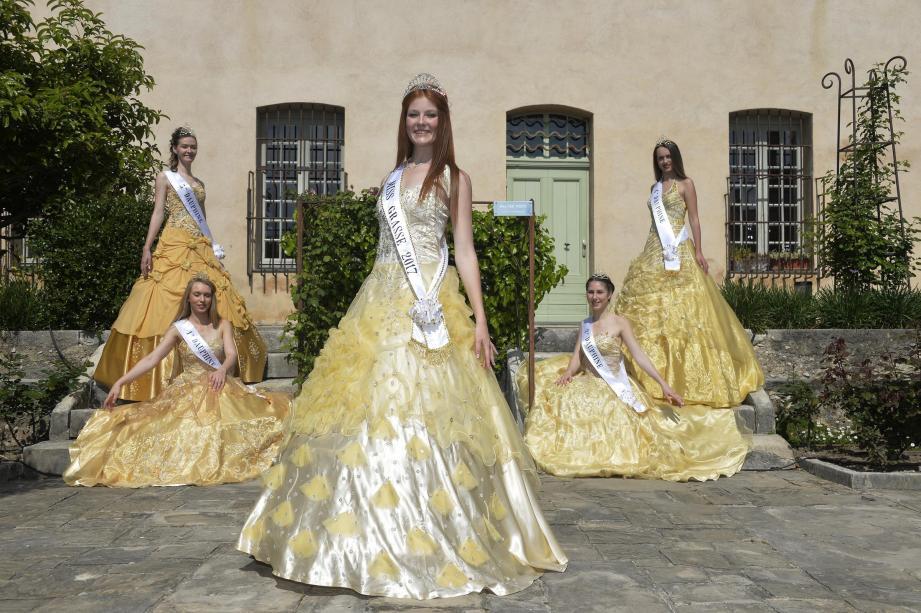 La beauté multipliée par cinq : la Miss et ses quatre dauphines.