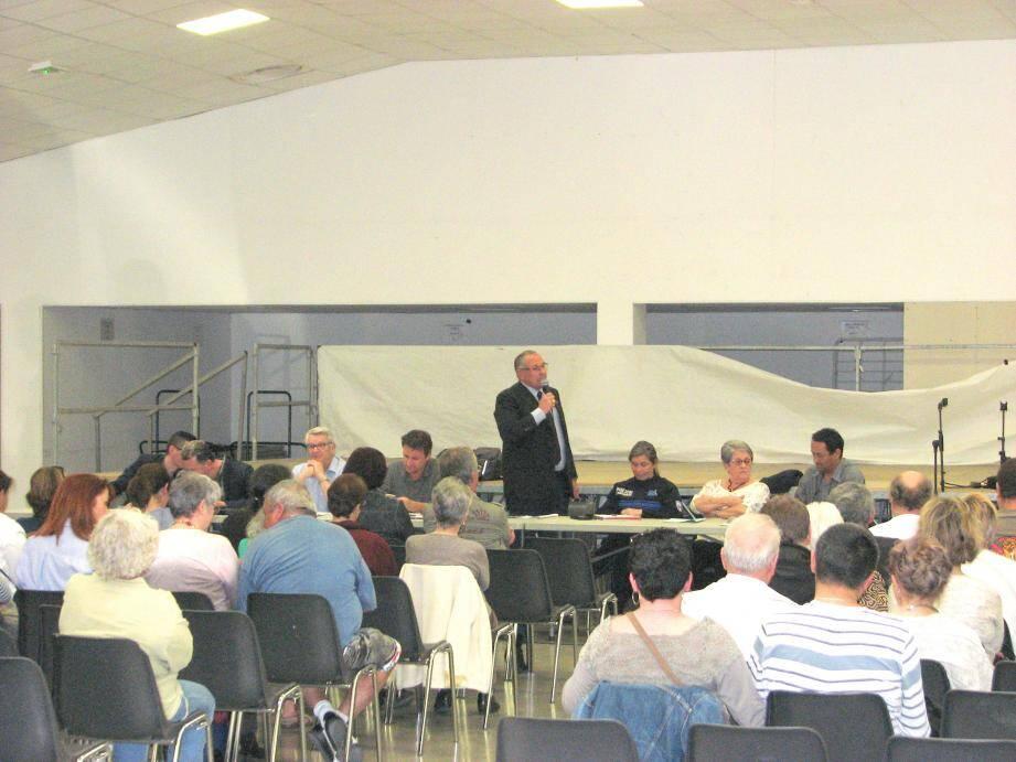 Entouré de sept collaborateurs de la mairie, élus et agents, Pascal Verrelle, a répondu aux questions posées par le public.