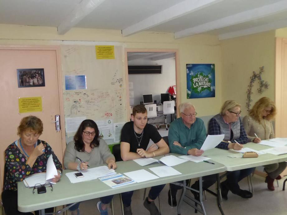 L'AG de L'espace jeunes-La passerelle a été l'occasion pour la présidente Malica Bouzid (2e à partir de la gauche) de confirmer la titularisation en CDI du directeur Nicolas Samson, (au centre).