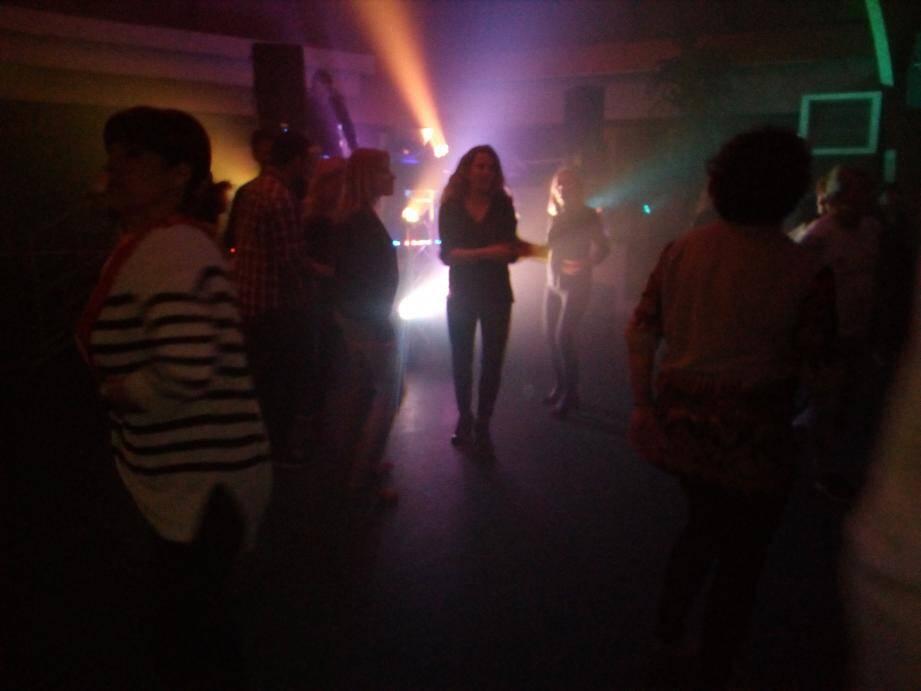 Spots colorés, lumière noire, fumée et musique branchée au programme !