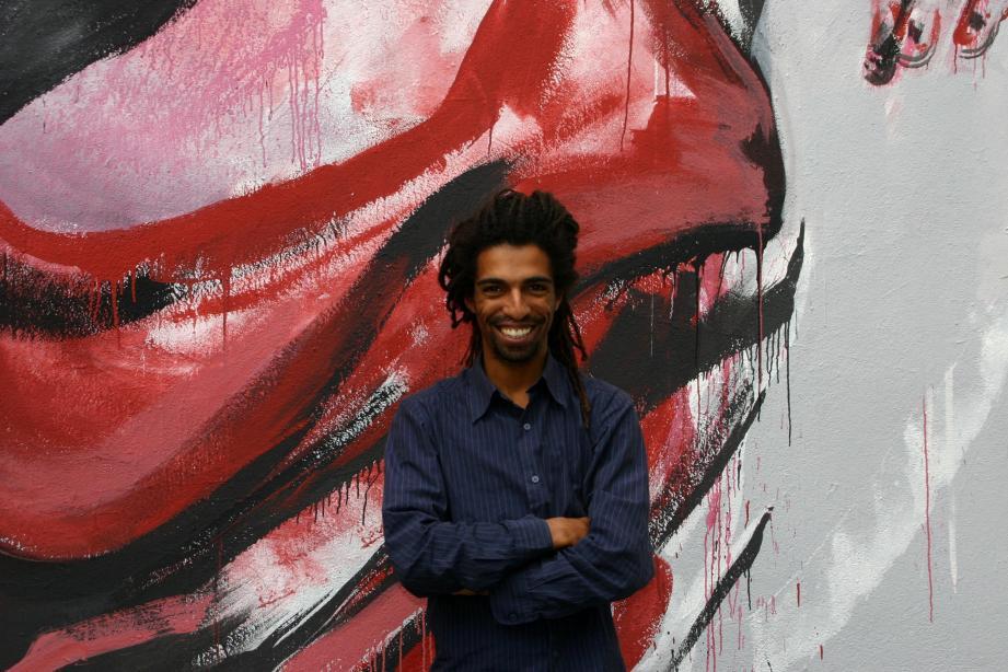 Kouka, devant une de ses fresques monumentales, voyage de par le monde.(R.V.)