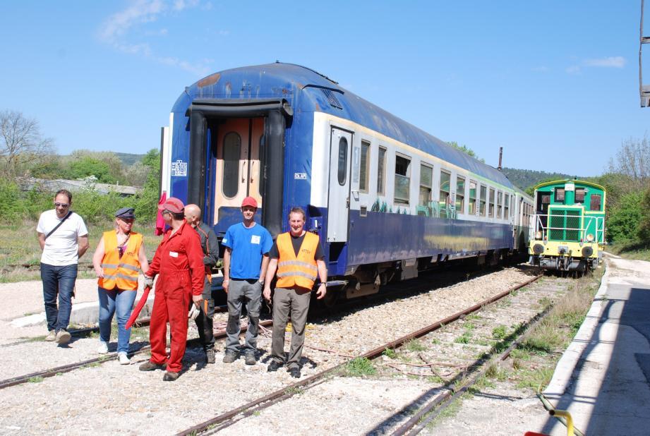Les bénévoles assurent la sécurité et le confort des voyageurs.