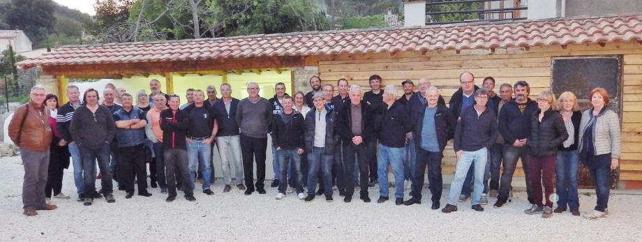 Elus et membres de l'amicale fiers de leurs réalisations, dans la cour de ce qui fut l'école communale.