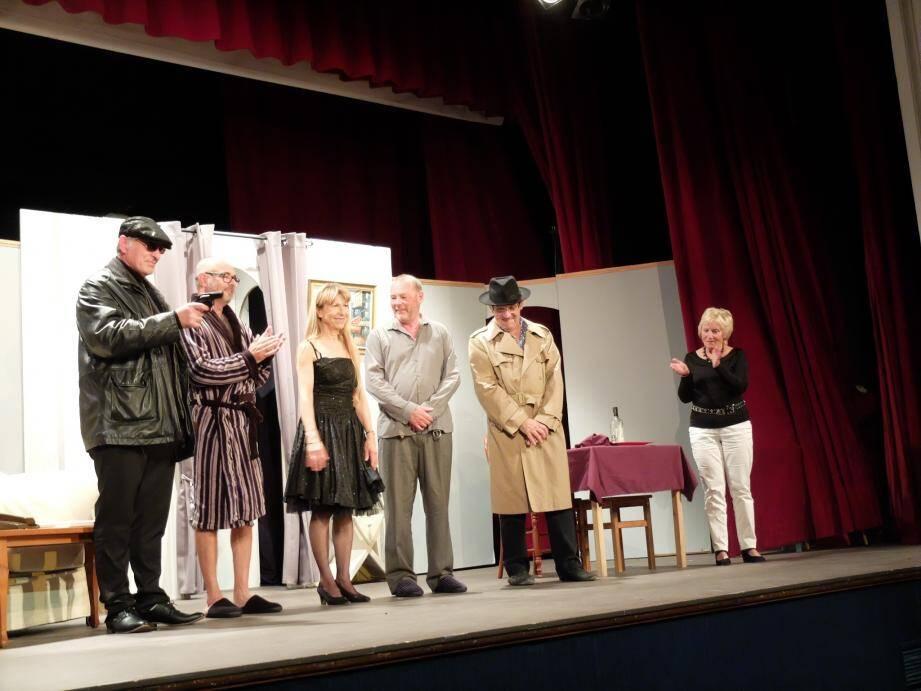 La troupe des « Tréteaux » et sa présidente, Marcelle Silvestri.