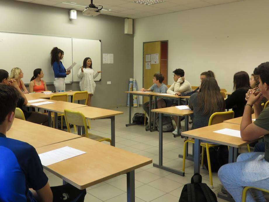 Les collégiens ont suivi les conseils des jeunes lycéens avec beaucoup d'attention.