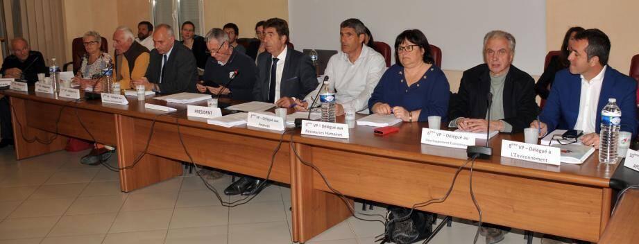 Charles-Ange Ginésy, entouré des vice-présidents, a remercié les conseillers pour leurs votes et leur confiance dans l'acceptation de la hausse des taxes.