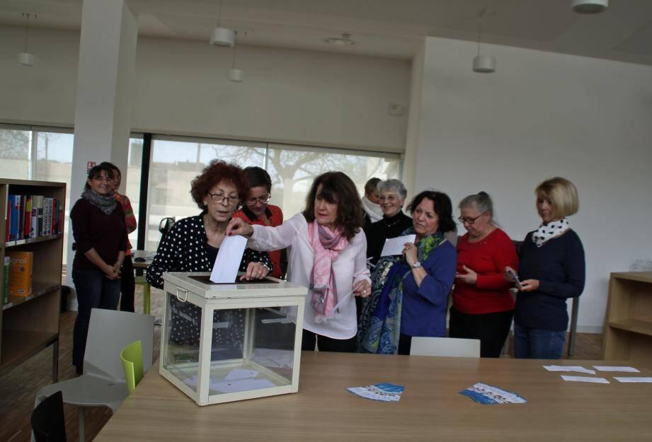 Les jurés du prix Livre Azur en plein vote.