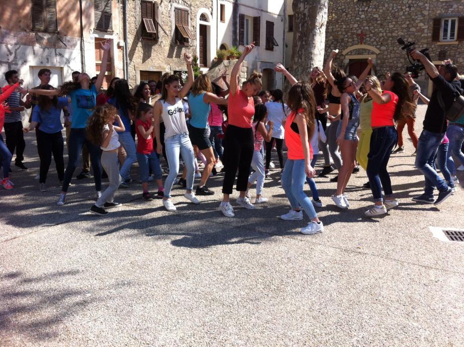 Hier, Gwladys Fraioli a tourné son clip « version flashmob » sur la place de l'Église.
