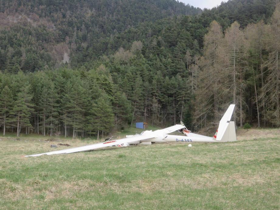 L'appareil, dont l'avant est totalement détruit, aurait tenté un atterrissage en urgence.