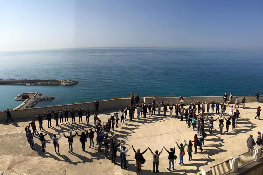 Avant la pose des premières pierres à la frontière, les participants ont réalisé une chaîne humaine formant le « Troisième paradis ».