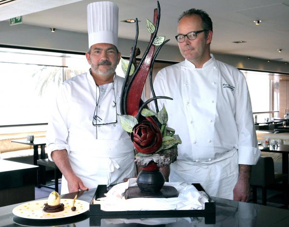 Éric Daimé (à gauche) et Éric Brujan, chef du Méridien, encadrent la pièce en chocolat destinée à orner la réception de l'hôtel durant les fêtes. À côté, le dessert pascal pondu. Chic et raffiné lui aussi…