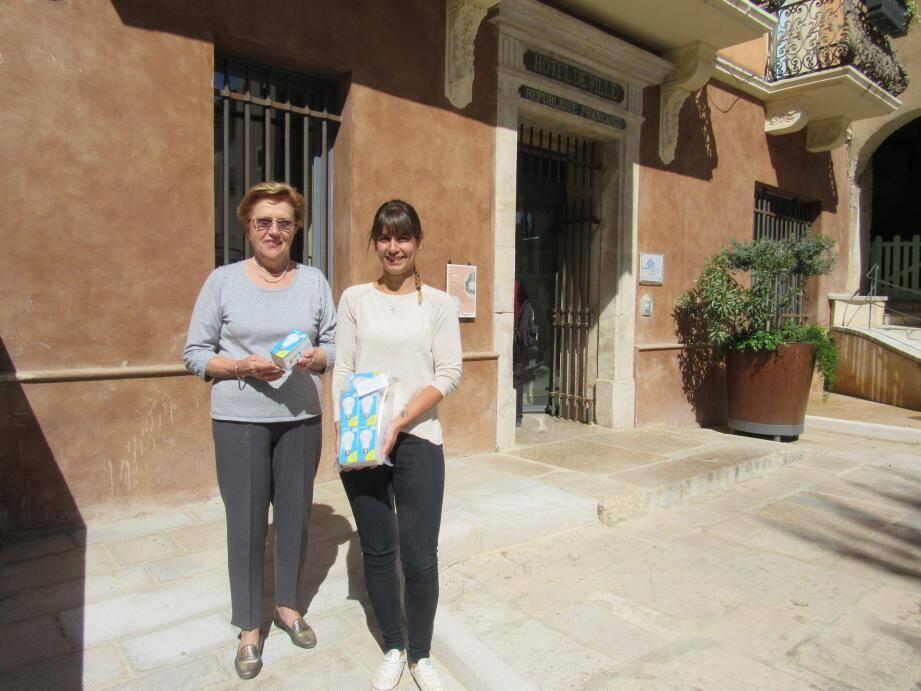 La première adjointe, Maryse Vacca en charge des affaires sociales et du logement, et Marianne Fauconnier, responsable de la distribution, présentent les kits offerts.
