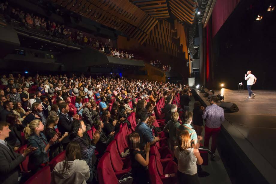 À la fin du show, Kyan Khojandi a reçu une belle standing ovation au théâtre Debussy.