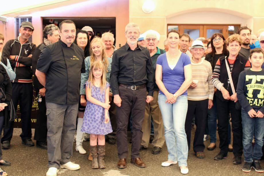 Le maire, Guy Maunier, entouré de Stéphane Geffroy et Sandrine Cathaud, les nouveaux gérants de l'auberge communale de Daluis.
